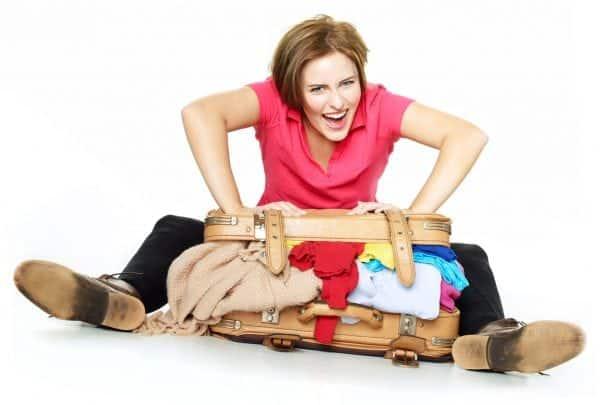 Frau mit gepacktem Koffer