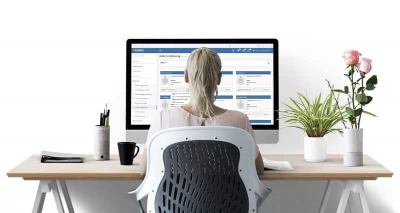 Frau am PC mit Kita-Software